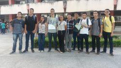 Alunos e servidores do campus Santa Inês posam para foto ao lado do medalhista de bronze da olimpíada.